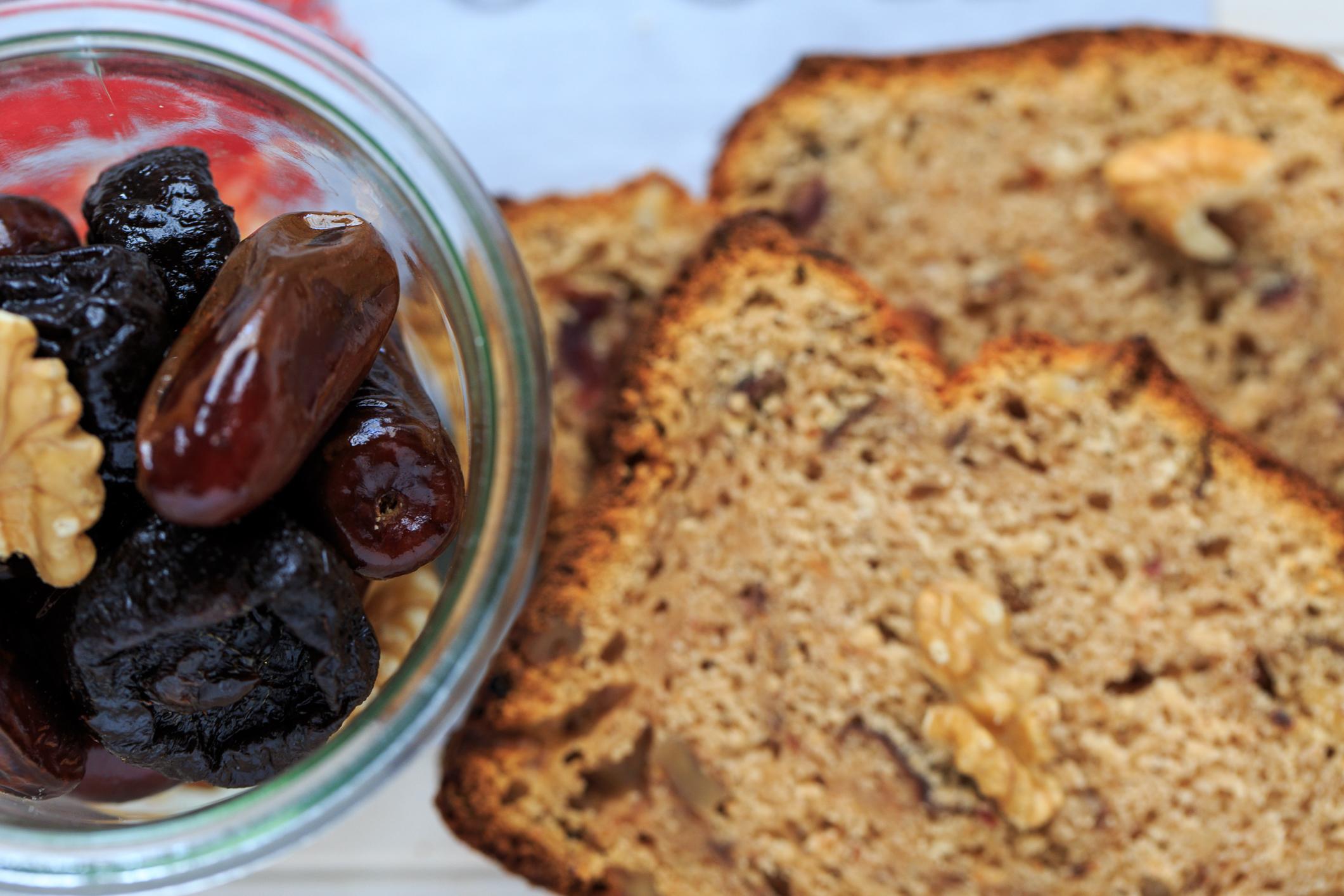 Süßes Brot mit Backpflaumen, Datteln und Walnüssen