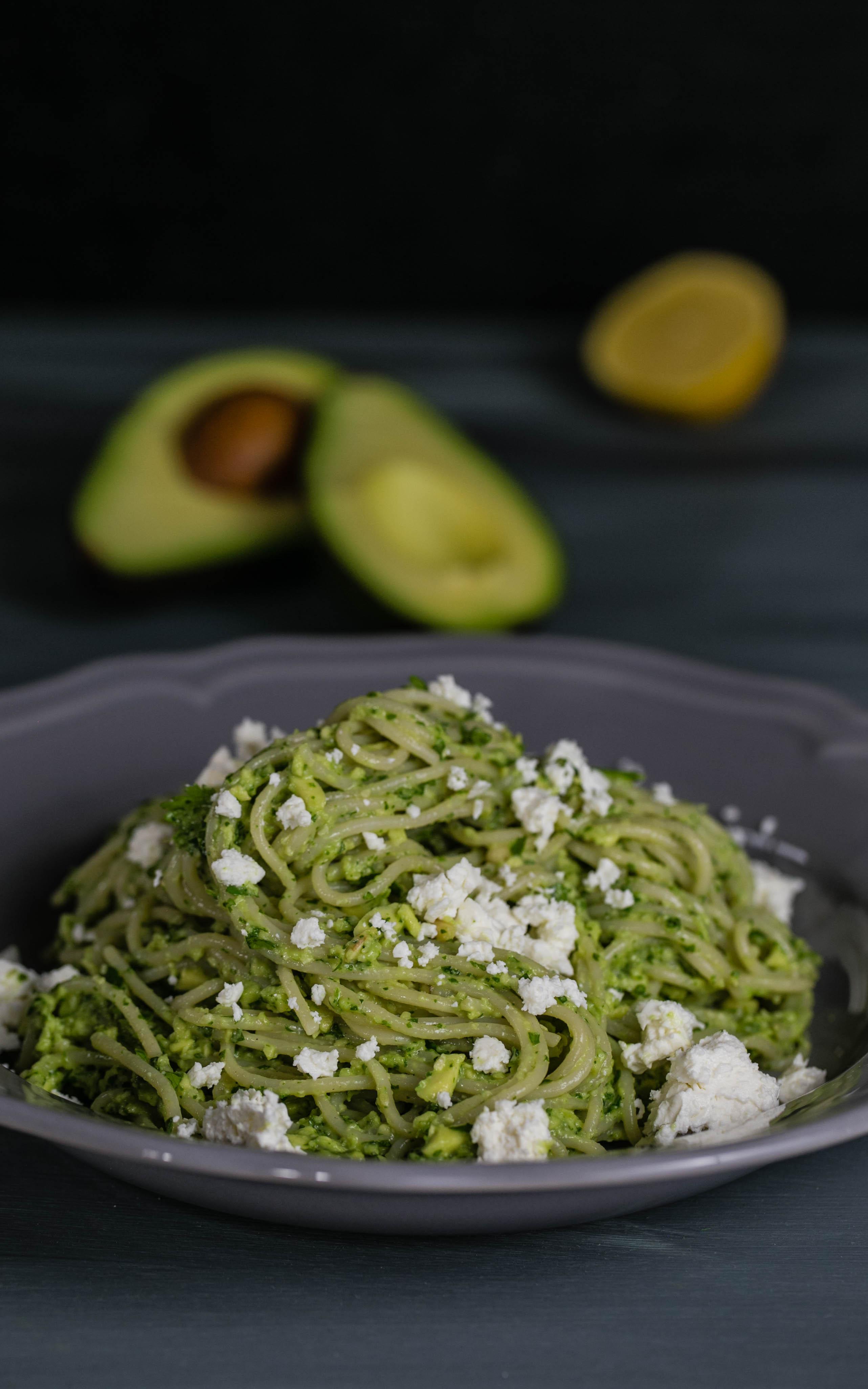 avocado mojo mit koriander pinienkernen und spaghetti herzgedanke. Black Bedroom Furniture Sets. Home Design Ideas