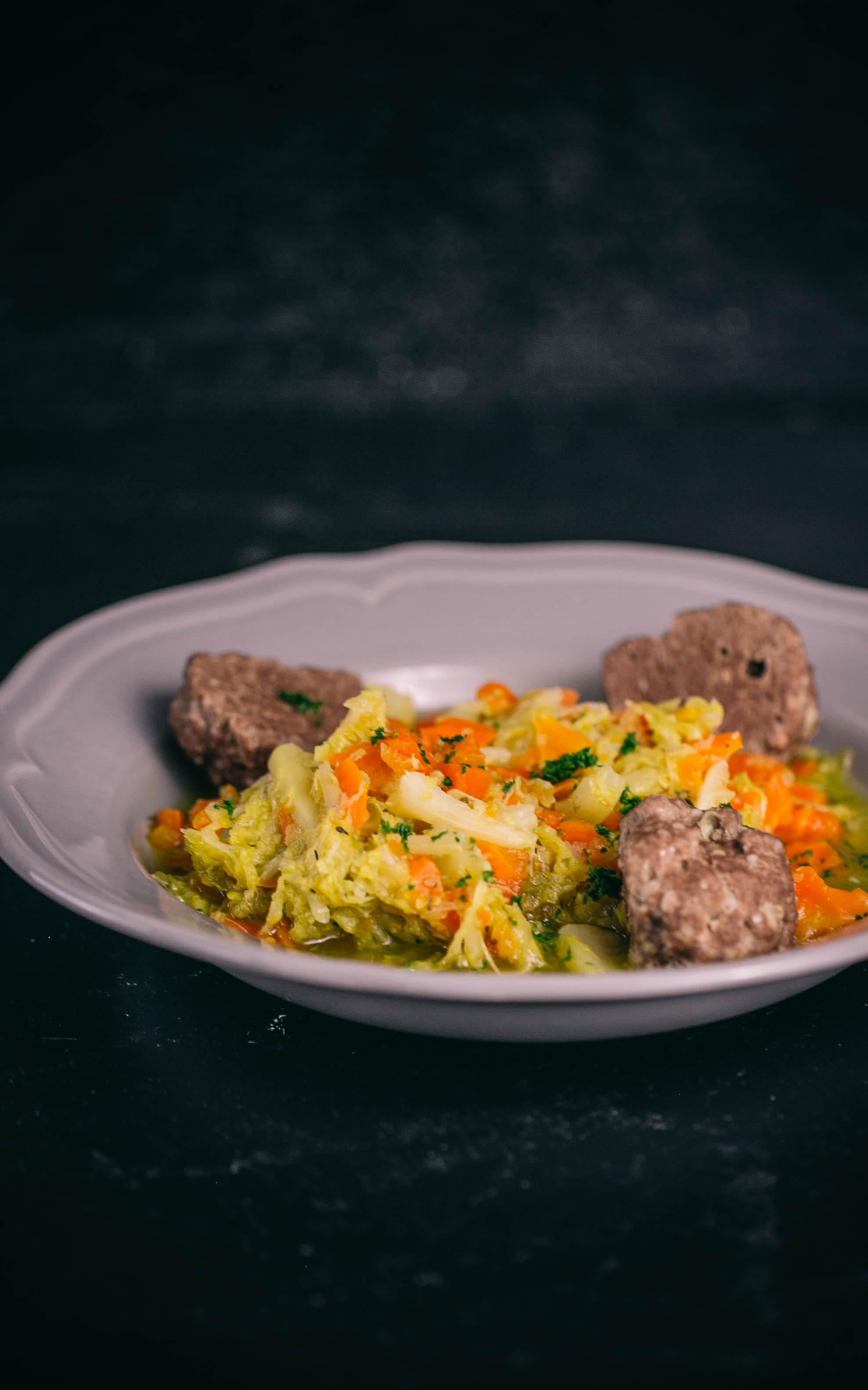Wirsingsuppe mit Möhren und Tatarbällchen